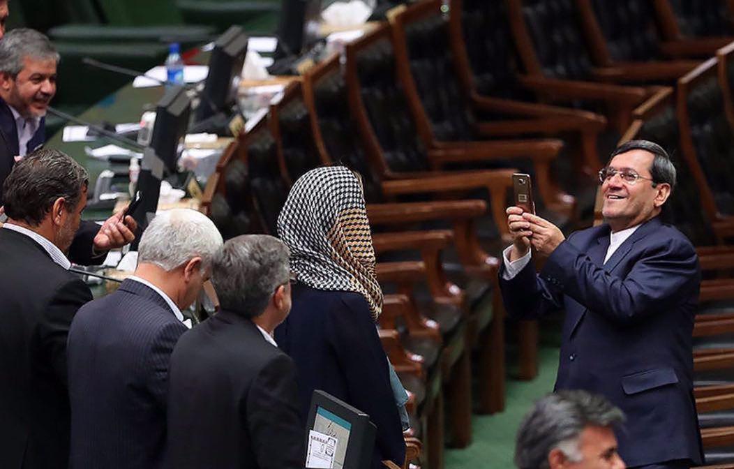 معاون وزیر امور خارجه صحنهگردان نمایش #سلفی_حقارت/ برخورد ظریف چه خواهد بود؟