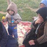 یک زن تنها و چند کودک، تنها و بی سرپناه در گوشه ای از شهر! / مسئولیت رسیدگی با چه کسی است؟!