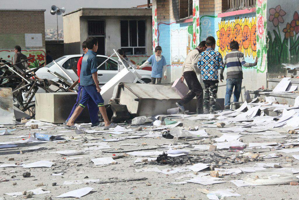 تصاویری از مدرسه دخترانه اسلام آباد / همراهی دانش آموزان و خانواده هایشان برای تعمیر مدرسه