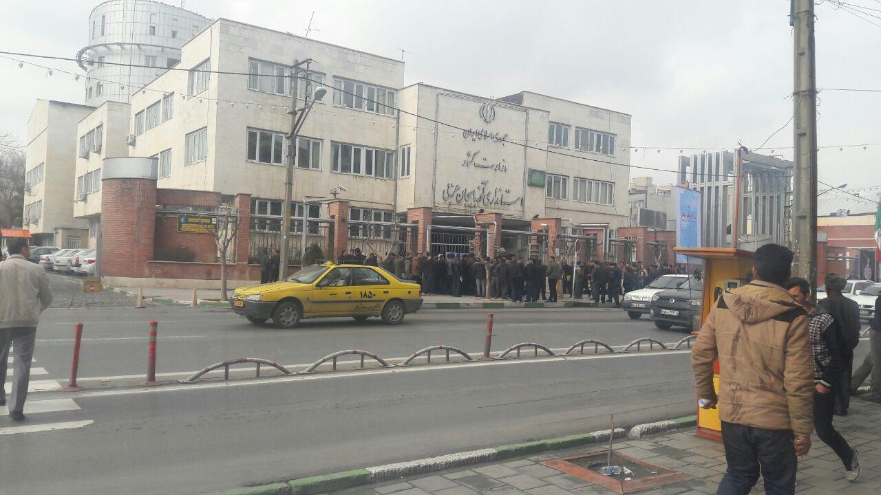 تجمع کارکنان گروه فولاد ارومیه در مقابل استانداری آذربایجان غربی