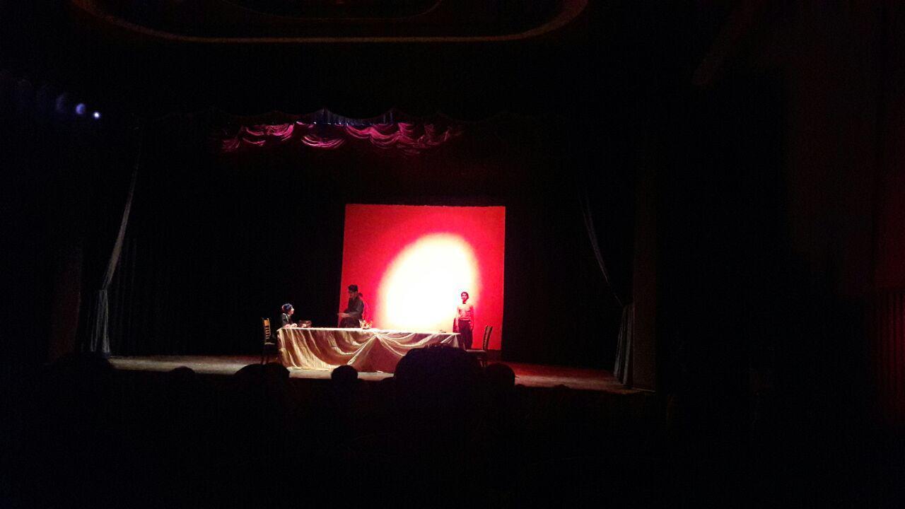 نمایش یکی از موهن ترین تئاترهای تاریخ ارومیه در تالار شمس / هجمه آشکار و عریان به خانواده و ازدواج